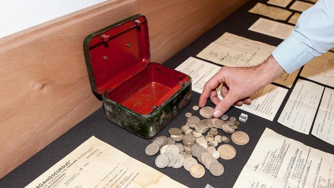 Het Joods Historisch Museum heeft de geveilde munten uit het in Amsterdam-Zuid gevonden geldkistje van de vermoorde Duits-Joodse Peter Redlich terug. 'Het is van historisch belang om de vondst in zijn geheel te tonen.'