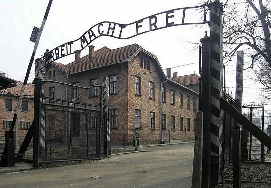 Auschwitz_Arbeit_macht_frei
