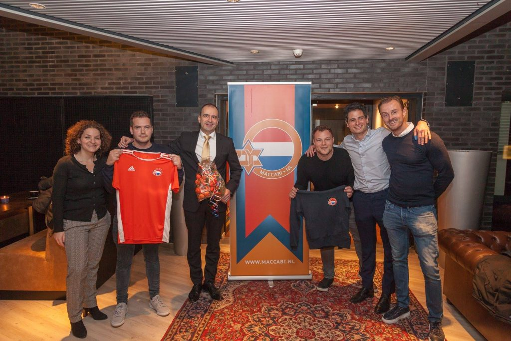 Foto: Maccabi Nederland met de Hongaarse ambassadeur in Nederland dhr. Andras Kocsis 