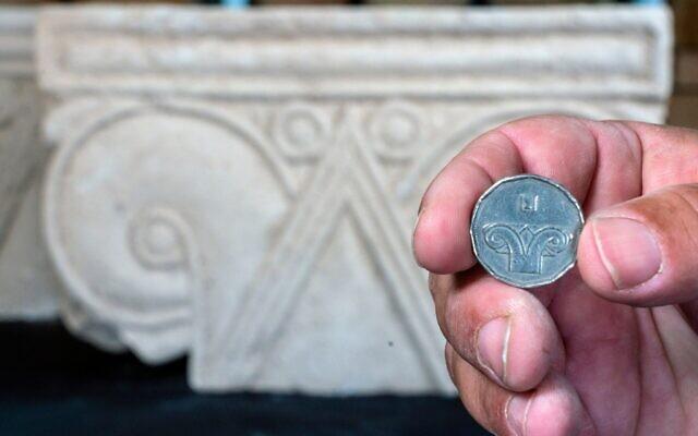 De drie kolommen en andere overblijfselen van het gebouw zijn te zien in het archeologisch centrum van het City of David museum